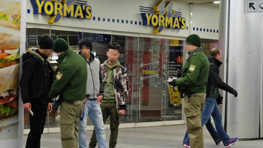 19.34 Uhr: Ein kurzer Aufreger ruft gleich mehrere Einsatzkräfte auf den Plan. Ein Streit zweier Männer hat zu einer Schubserei geführt. Ein Bundespolizist tritt zum Beamten in Grün: