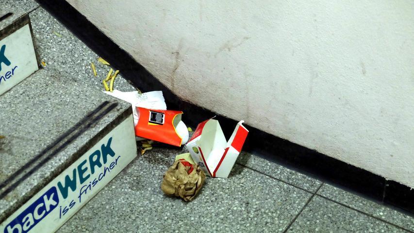 ... einer lässt seine Tüte mit Fast-Food-Resten liegen, ein anderer tritt dagegen, Pommes fliegen. Vor dem Osteingang wirft ein junger Mann eine Bierflasche Richtung Müll und verfehlt. Darauf angesprochen reagiert er mit einer Beleidigung. Einsatzkräfte sind nicht zu sehen, die Bundespolizei aber steht nur wenige Meter entfernt – im Innern der Osthalle...