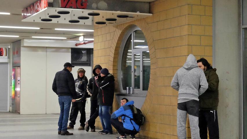 19.04 Uhr: Eine Gruppe junger Männer lehnt lässig an der Wand in der Köpa. Einer zündet sich eine Zigarette an, neben ihm hängt ein Schild: