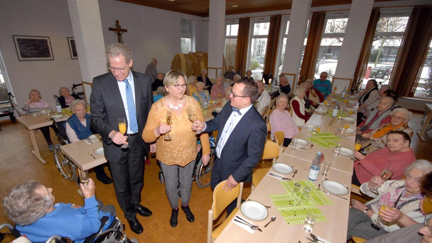 Anstoßen mit den Senioren im Liebfrauenhaus (von links): Bürgermeister German Hacker, Heimleiterin Irmgard Walz und SLW-Geschäftsführer Stefan König.