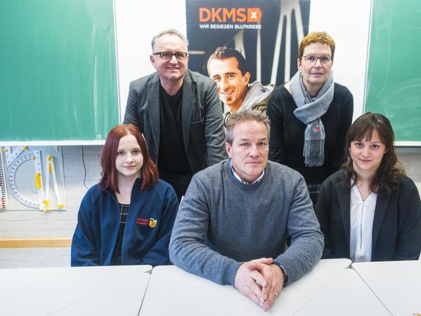 Der Vater von Tom, Jürgen Steiger (vorne Mitte) erhält Unterstützung von den Schulrektoren Udo Sponsel und Angelika Roth (hinten), von Toms Schulfreundin Kathrin und Laura Riedlinger von der DKMS.