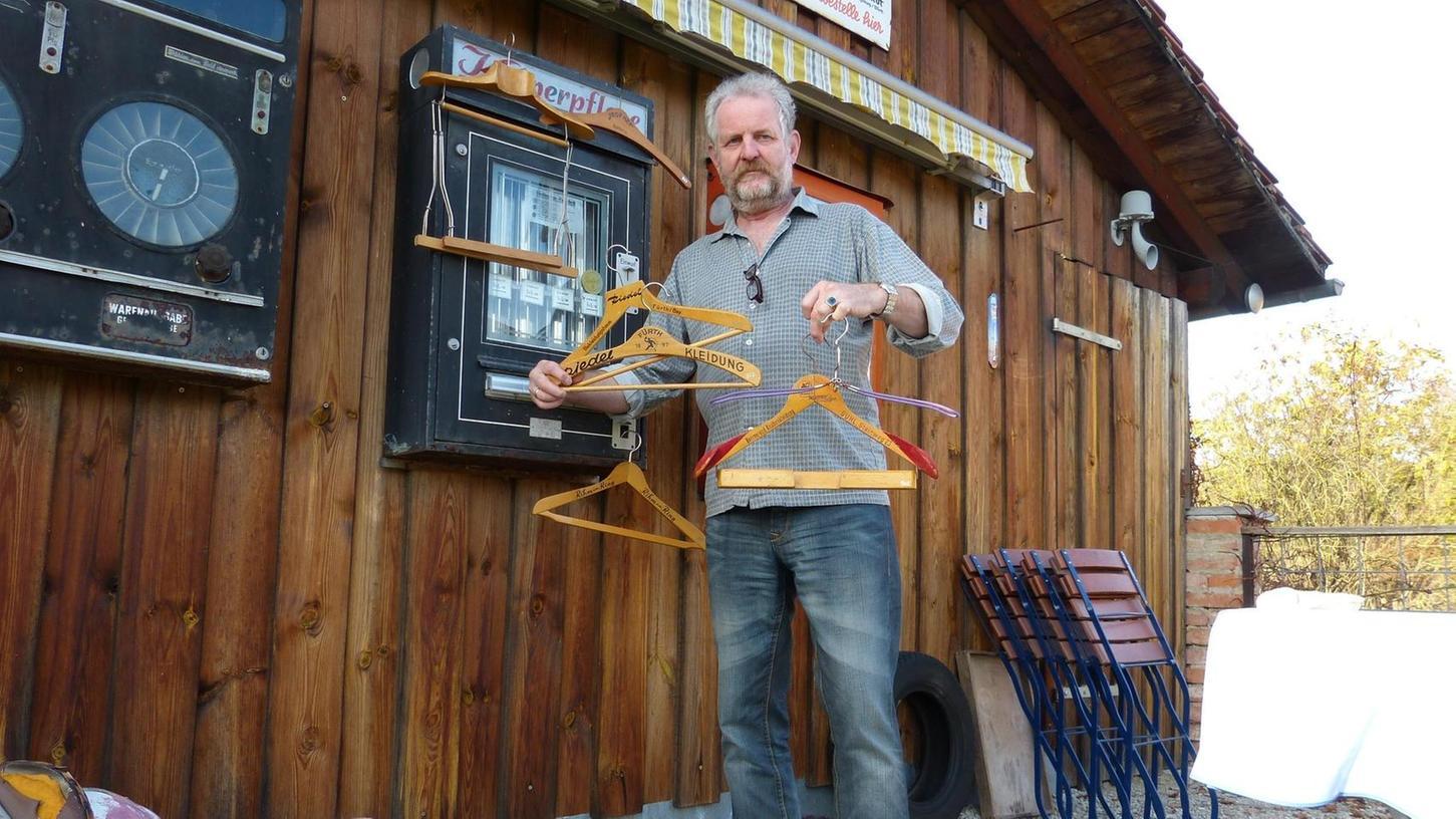 Matthias Dülp hat sich auf das Sammeln von Kleiderbügeln kapriziert und verfügt über einige sehr außergewöhnliche und seltene Exemplare.