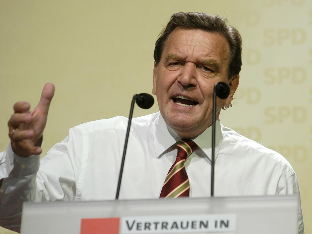 Nürnberg: Kanzler Gerhard Schröder auf Wahlkampftour in Nürnberg am Kornmarkt, 15.9.2005. Foto: Harald Sippel