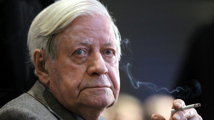 Bis kurz vor seinem Tod erläuterte Helmut Schmidt den Deutschen auf allen Kanälen die Weltlage. Für viele war er der ewige Erklärer mit der Menthol-Zigarette in der Hand, die ihm auch nach der Einführung von Rauchverboten niemand zu verbieten wagte. Zu den größten Herausforderungen in der Kanzlerzeit des SPD-Politikers gehörten die Ölkrise in den 70er Jahren und der Kampf gegen den Terrorismus der