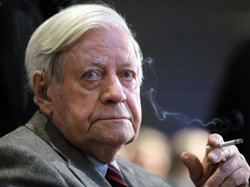 ARCHIV - Alt-Bundeskanzler Helmut Schmidt (SPD) raucht am 16.11.2010 während der 17. Jahrestagung der deutschen Nationalstiftung im Axel Springer Gebäude in Berlin eine Zigarette. Foto: Wolfgang Kumm/dpa +++(c) dpa - Bildfunk+++ | Verwendung weltweit