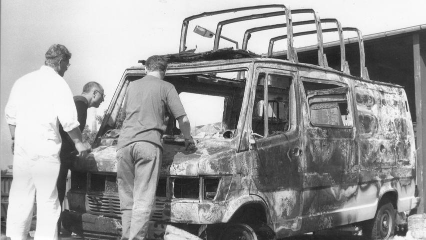 Die Niederländer Truus und Harry Langendonk waren im Juni 1997 mit ihrem Wohnmobil in Bayern unterwegs. Am 8. Juni wurde das brennende Fahrzeug auf dem Waldparkplatz bei Nürnberg-Altenfurt entdeckt. Getötet wurden sie schon am Tag zuvor auf grausame Weise - ihnen wurde die Kehle durchgeschnitten. Noch immer sucht die Polizei nach dem Täter - und erhält nach einer Fernsehsendung neue Hinweise.