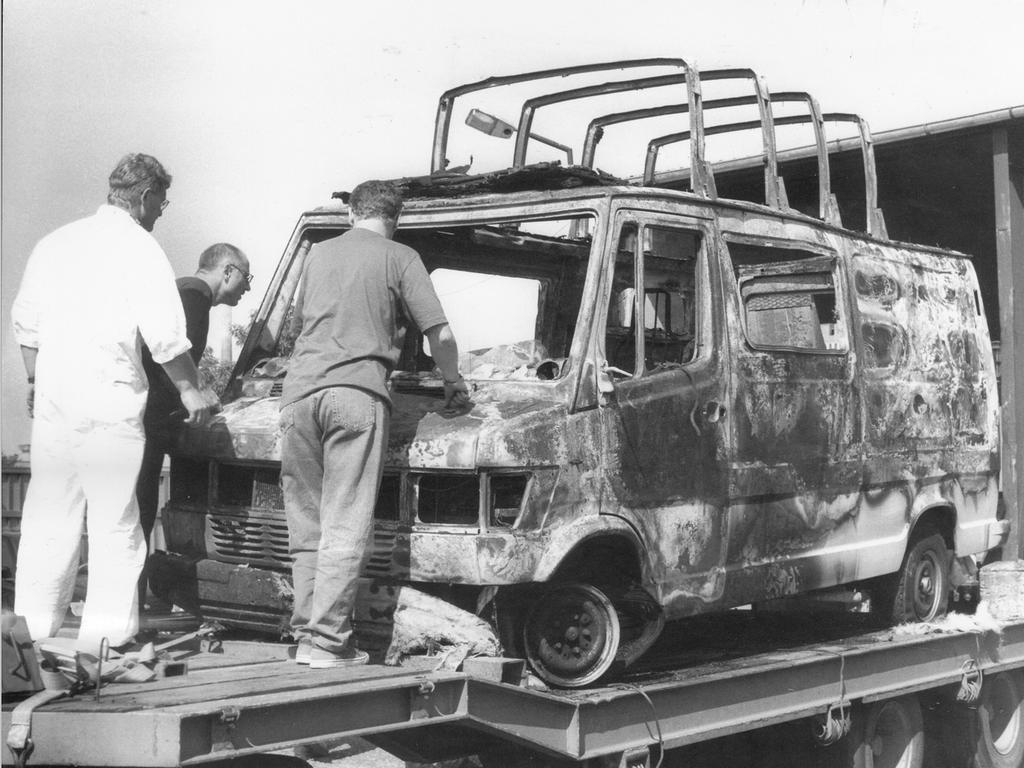 Das ausgebrannte Wohnmobil des holländischen Ehepaars wurde von einem Abschleppunternehmen ins Polizeipräsidium gebracht.