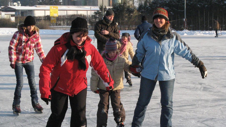 Am Wochenende lädt endlich einmal wieder der Bärenwirtsweiher zum Schlittschuhlaufen ein. Dass es schon eine ganze Weile her ist, dass der Eislaufplatz geöffnet war, belegt unser Archivbild.