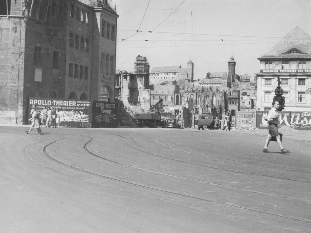 FOTO: Städtisches Hochbauamt Nürnberg..Aufnahme: 26.Aug. 1949, historisch, 1940er, ..MOTIV: Nürnberg in der Nachkriegszeit, Königstraße. Blick zur Burg, Ruinen, Altstadt, Wiederaufbau..