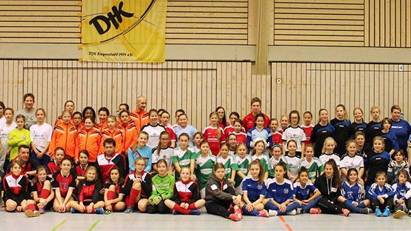 Das größte Teilnehmerfeld an den zwei Turniertagen: Bei den U13-Juniorinnen gingen insgesamt zehn Teams ins Rennen. Die gastgebende DJK Fiegenstall holte die Plätze zwei und fünf.