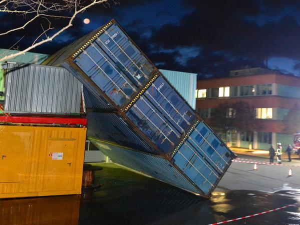 Die Erlanger Feuerwehren waren am frühen Freitagmorgen stundenlang im Einsatz, um die Sturmschäden zu beseitigen, die das Orkantief Egon verursacht hatte. Auf einem Firmengelände in Frauenaurach hatte der Sturm drei Seecontainer einfach umgeworfen.