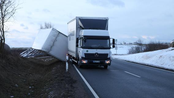 Sturmböe kippt Lastwagen bei Ansbach um