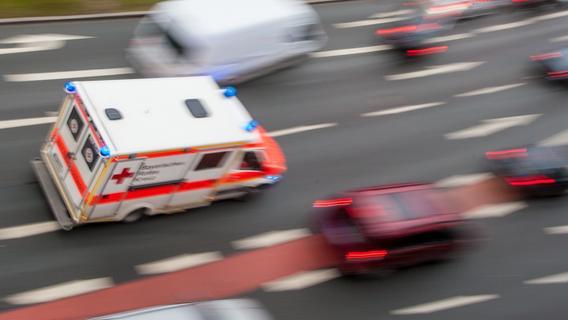 Motorradfahrer schlängelt sich einfach durch Rettungsgasse auf A6