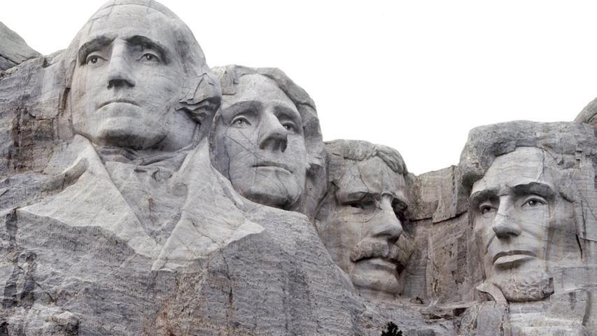 Vier der historisch bedeutendsten Präsidenten sind am Mount Rushmore National Memorial in South Dakota in Stein gehauen: Washington, Thomas Jefferson, Theodore Roosevelt und Abraham Lincoln (v.l.n.r.). Jefferson, Hauptverfasser der Unabhängigkeitserklärung und dritter USA-Präsident, regierte das Land 1801 bis 1809. Lincoln, die Nummer 16, setzte in der Verfassung die Abschaffung der Sklaverei durch - teuer erkauft mit dem amerikanischen Bürgerkrieg (1861 -1865) und tragisch vollendet mit seinem Tod: Er starb am Morgen des 15. Aprils 1865, nachdem ihm am Abend zuvor der Schauspieler und radikale Südstaaten-Anhänger John Wilkes Booth eine Kugel in den Kopf schoss. Theodore Roosevelt betrat 36 Jahre danach als 26. US-Präsident das Weiße Haus. Vom Volke gerne
