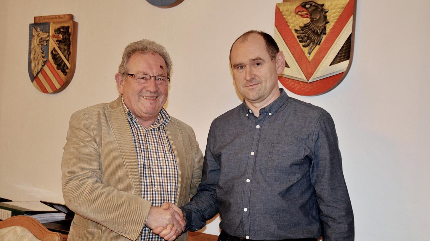 Bürgermeister Franz Schmidtlein gratuliert dem neuen Gemeinderatsmitglied Christoph Schmidtlein.