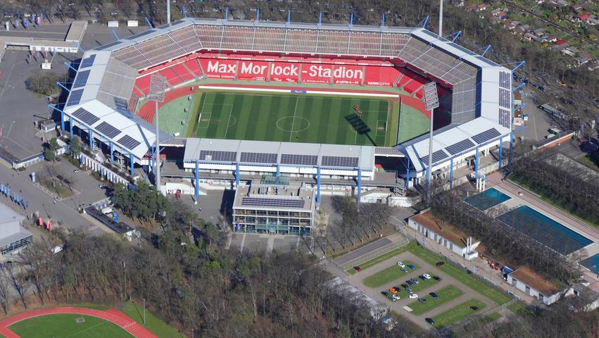 Und der FCN? Nürnbergs Vorzeige-Vorzeigeverein trägt seine Heimspiele seit 1963 im 50.000-Leute-Achteck aus, das den Club-Liebenden und -Leidenden vor und nach Umbauten auch als Städtisches Stadion, Frankenstadion oder Easycredit- und Grundig-Stadion erinnerlich ist.