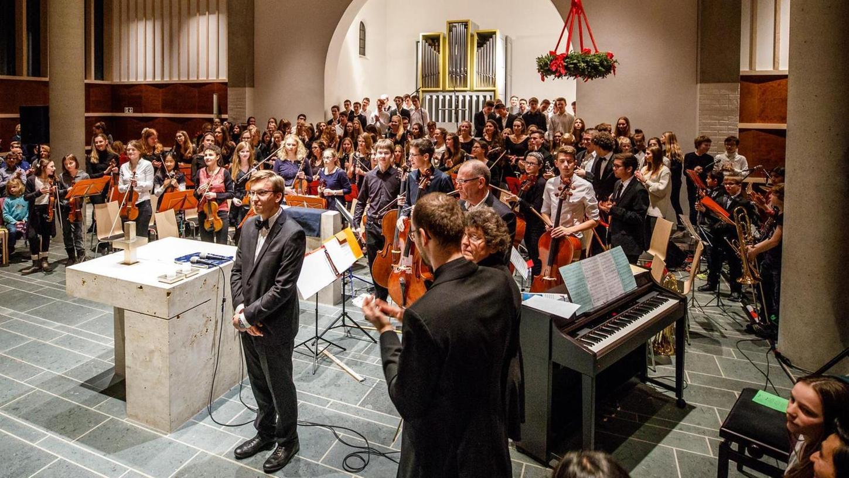 Florian Grzeschik dirigierte sein selbst komponiertes Doppelkonzert beim Weihnachtskonzert des Gymnasiums in der evangelischen Kirche. Heute wird der Komponist 18 Jahre alt.