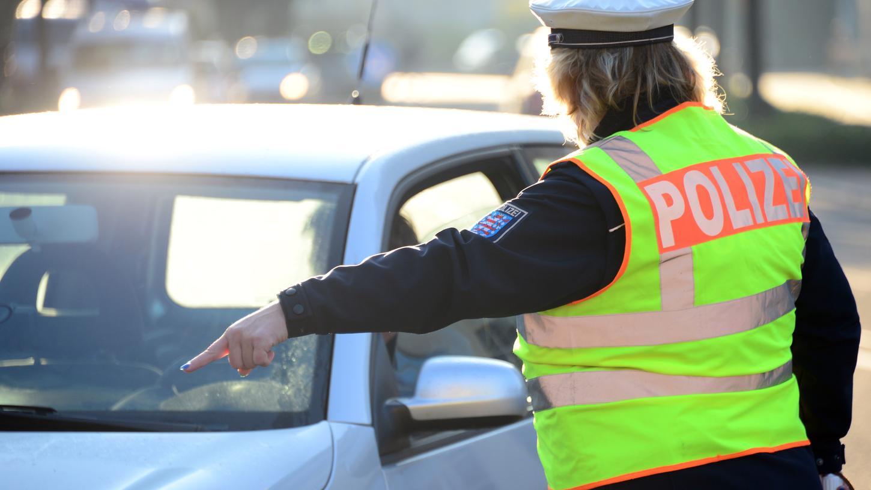 Geschwindigkeitskontrollen waren bisher Aufgabe der Polizei. Die SPD und der bayerische Städtetag wollen das ändern.