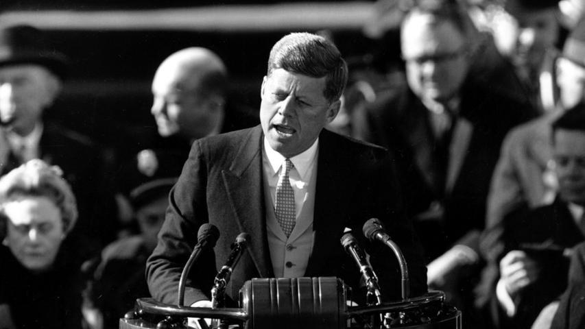 Warum ist Kennedy der Superstar unter den Präsident der USA? Warum gibt es keinen anderen unter seinen bislang 43 Kollegen, um den sich so viele Mythen und Legenden ranken? Es liegt an seinem Tod, dem erste medialen Tod in der US-Geschichte. Das Attentat auf