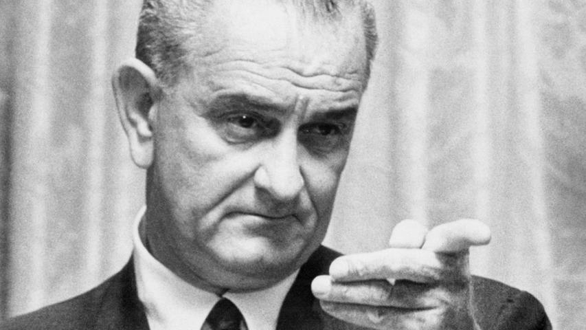 Selbst Nixon ist beliebter. Das zeigen bis heute Umfragen in den USA. Der Name Lyndon B. Johnson fällt immer in einem Atemzug mit dem (bis zum 11. September 2001) wohl größten Trauma der Vereingten Staaten: Vietnam. Der 36. Präsident galt und gilt als machtbesessener, manipulativer Kriegstreiber, ein Texaner, der für all das steht, was die Studentenbewegungen Ende der 1960er ablehnten: Krieg statt Frieden, Reaktionismus statt Flower-Power. Doch ähnlich wie bei seinem Vorgänger, dessen Amt er als Vize nach dem Attentat von Dallas übernahm, ist das öffentliche Bild Johnsons geprägt von Halbwahrheiten, Polemik und Legende. Eigentlich ist seine Geschichte eine Tragödie. Angetreten, um aus den USA eine