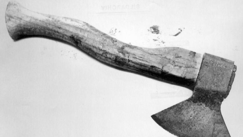Im Oktober 1978 fanden zwei Jungen im Wald nahe dem Autobahnrasthof Feucht eine Leiche. Der 85-jährige Tote war mit einer Axt erschlagen worden. Zuvor war er in den Wald geradelt, um Holz zu schlagen. Auch das Motiv des Axtmörders gibt bis heute Rätsel auf.