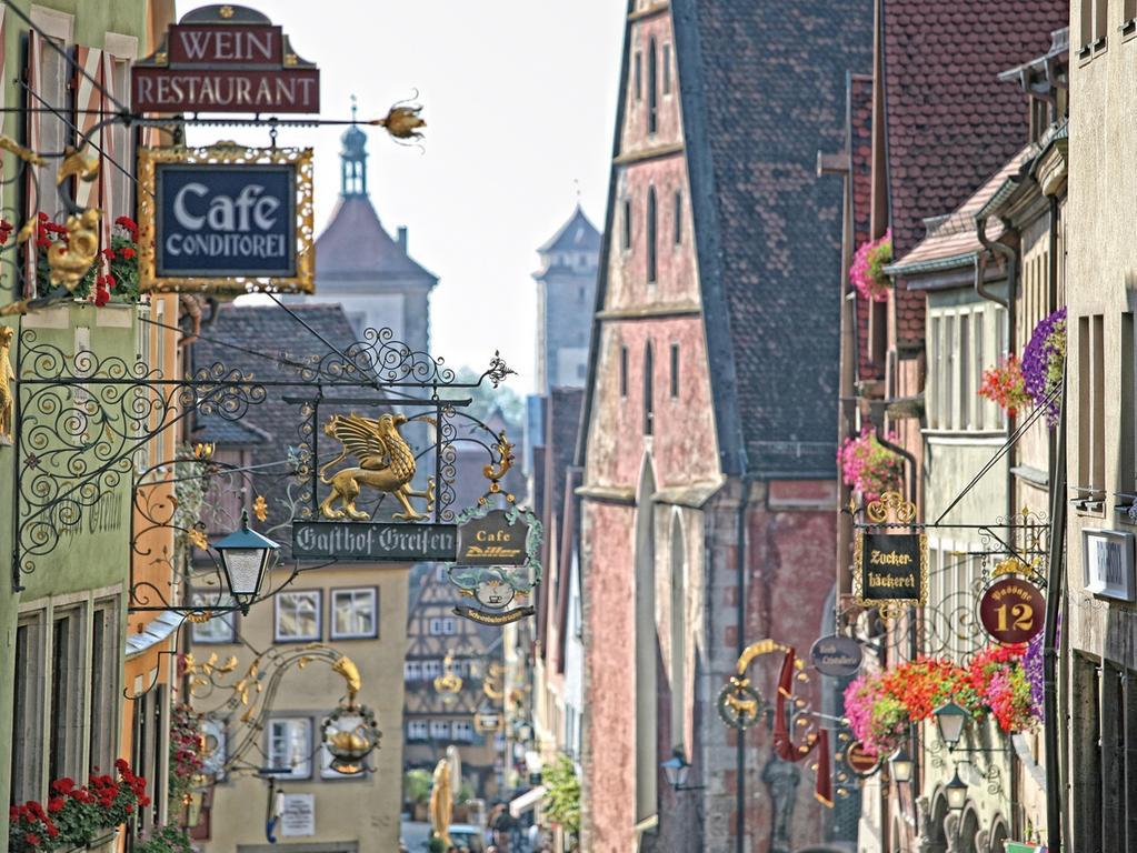 MOTIV: Rothenburg, Stadtansicht...rothenburg_138 / Stadtimpressionen / Ausleger; Gastronoie-..Rothenburg o.d. Tauber..(Romantisches Franken) / ..FOTO: (c) Rothenburg / FrankenTourismus; 2014 gesp...Tourismus