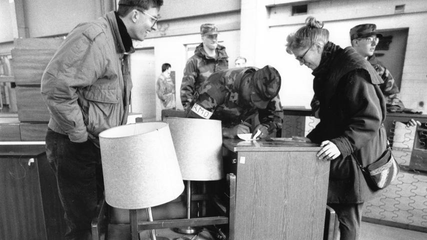 Nicht alles konnten die Soldaten aber davontragen. Viele Möbel wurden den Erlanger Bürgern zum Verkauf angeboten, die ...