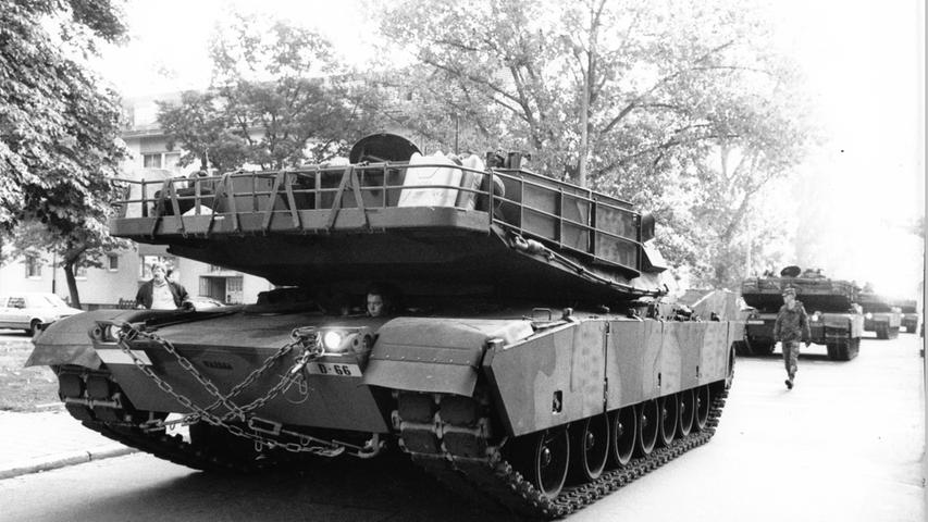 Im Juni 1993 entschied die US-Regierung dann, zahlreiche Militärstandorte aufzugeben, darunter auch die Ferris Baracks in Erlangen. Hier verlassen Panzer im Oktober 1993 die Stadt. Die EN bilanzierten damals:
