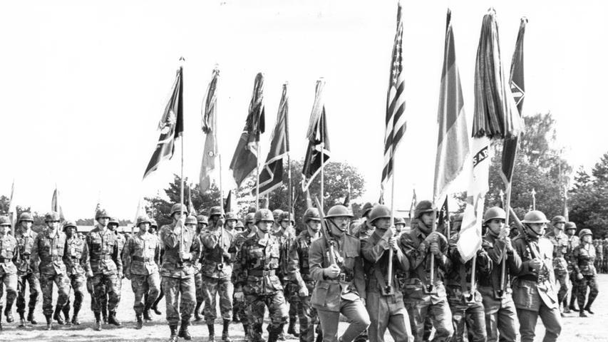 Mit einem militärischen Zeremoniell verabschiedeten sich die Soldaten der amerikanischen Garnison offiziell auf dem Paradeplatz der Ferris Barracks von der Stadt Erlangen und ihren Bürgern.