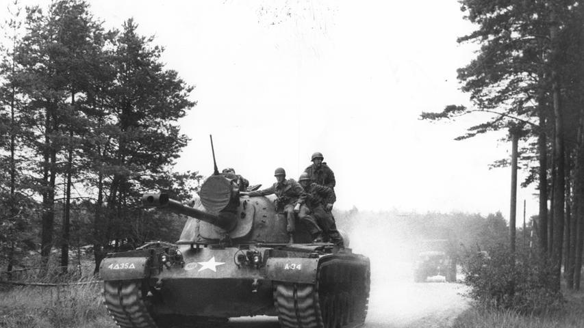 Mitte der 70er Jahre verlegen die Amerikaner ihr Munitionslager und geben damit das Gelände für einen Unversitätsneubau frei - das heutige Südgelände der Friedrich-Alexander-Universität. Im Gegenzug gestand die Stadt Erlangen der Army einen neuen Übungsplatz für Panzerfahrten bei Tennenlohe zu.