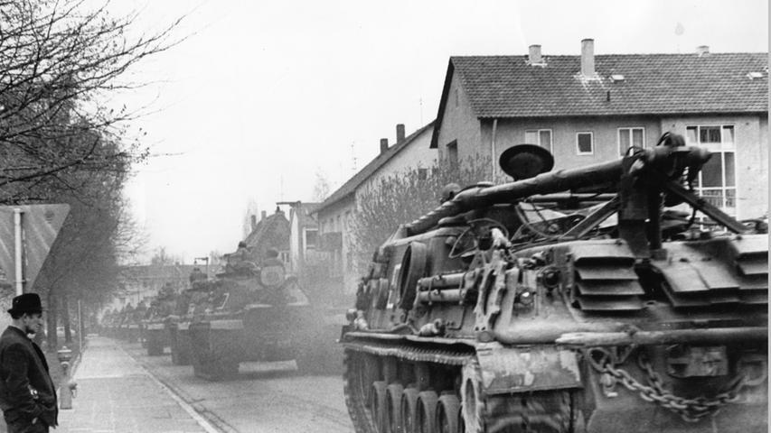 Und die Panzer rollten nicht nur auf dem Übungsgelände, sondern auch durch die Straßen der Stadt. Vom ehemaligen Güterbahnhof ging es über die Hilperstraße und die Schenkstraße in Richtung der Ferris Barracks - für die Anwohner eine große Lärm- und Schmutzbelästigung.