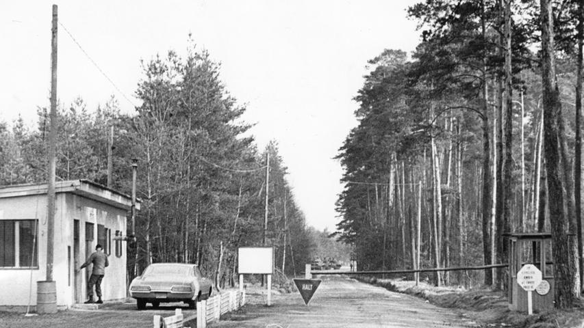 Die Einfahrt zum 440 Hektar großen Schießplatz an der B4 bei Tennenlohe in den 70er Jahren. Wer dort hineinwollte, wurde zuvor kontrolliert.