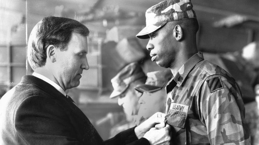 Robert M. Kimmitt, Botschafter der USA in der damaligen Bundeshauptstadt Bonn, zeichnete bei seinem Besuch in Erlangen drei amerikanische Soldaten wegen besonderer Verdienste in der Armee aus. Der Diplomat trug sich auch in das Goldene Buch der Stadt ein.