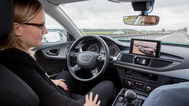 Beim autonomen oder pilotierten Fahren muss kein Mensch mehr eingreifen — das Auto fährt, steuert und bremst von selbst. Schon heute nehmen Assistenzsysteme dem Fahrer viele Aufgaben ab.