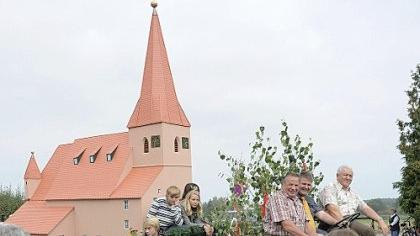 Besonderer Blickfang des Vacher Kirchweihzuges gestern Nachmittag war das maßstabsgetreue Kirchenmodell.