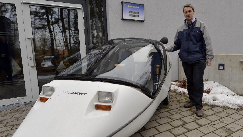 Der Physikprofessor Martin Hundhausen würde sein Elektro-Auto gerne, wie es unser Bild andeutet, direkt am Arbeitsplatz auf dem Südgelände aufladen. Das ist aber bisher nicht möglich.