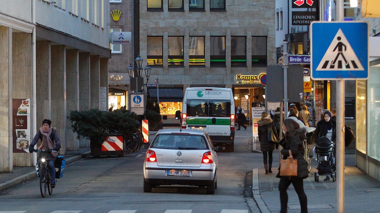 Der Abschnitt der Färberstraße zwischen Brunnengasse und Josephsplatz ist nicht so einfach als Fußgängerzone erkennbar. Folglich fahren Radler wie Autos oft tagsüber durch. Auch das Verkehrsplanungsamt sieht hier — wie die SPD-Fraktion — Handlungsbedarf.