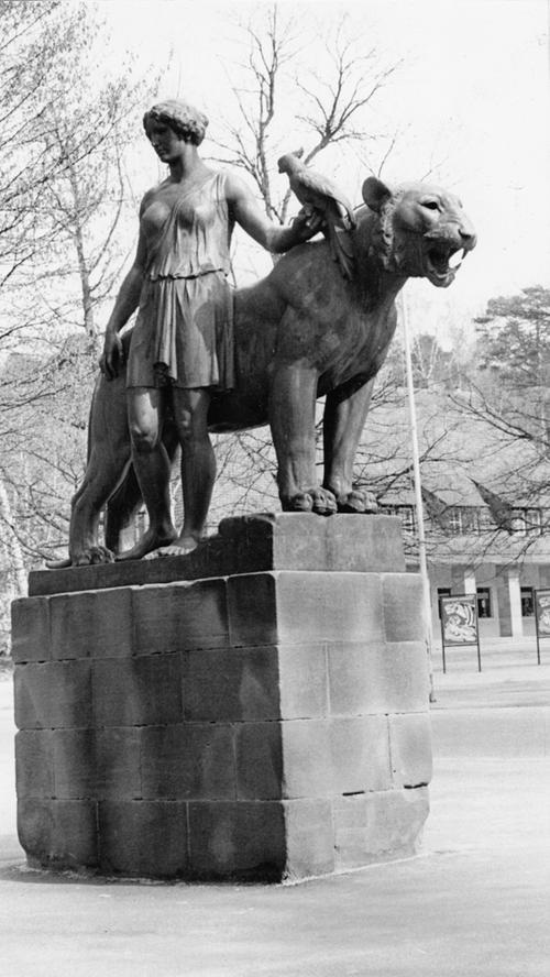 Zwei imposante Raubtierstatuen wachen seit der Eröffnung 1912 über das Eingangsportal des Tiergartens. Die Bronzefiguren eines Löwen und eines Tigers mit einem Mann und einer Frau an der Seite schuf der Nürnberger Bildhauer Philipp Kittler.