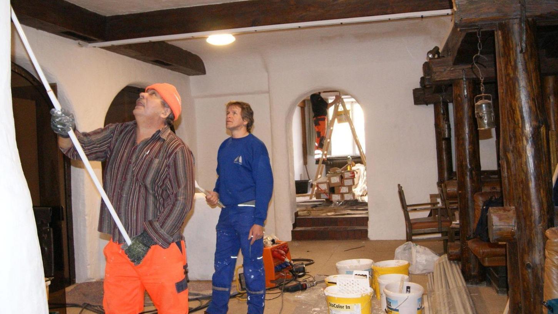 Im Bereich des ehemaligen Restaurants im Erdgeschoß des Goldnen Löwen arbeiten aktuell die Maler des Auerbacher Bauhofs.