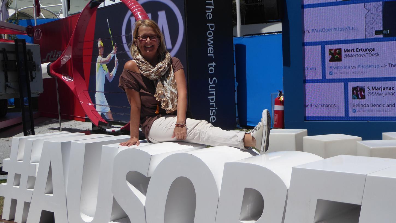 Ein Schnappschuss fürs Reise-Album: Elke Zapf auf dem Schriftzug mit dem Hashtag der Australien Open.