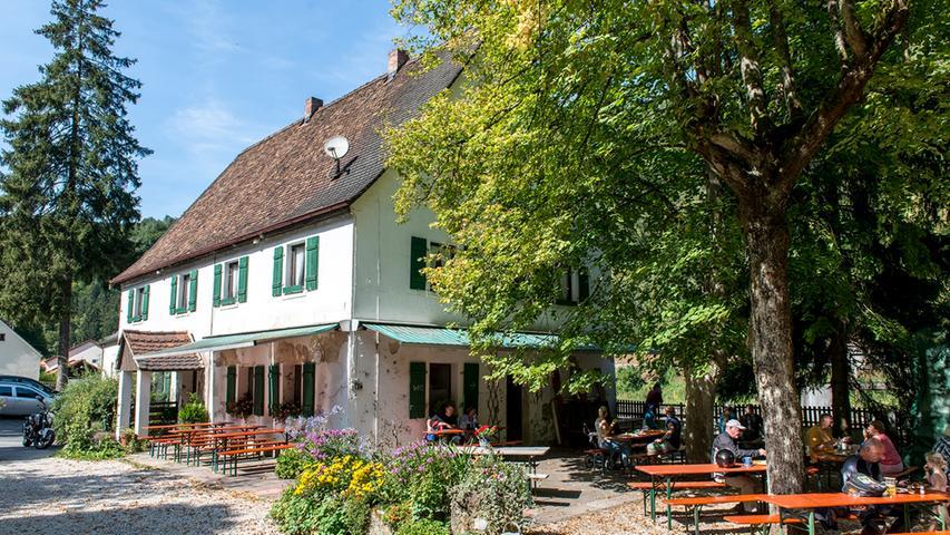 Auch der Keller an der Sachsenmühle bei Gößweinstein stellt ab Mitte April wieder seine Bierbänke auf. Dort kann man sich direkt an der Wiesent seine Brotzeit schmecken lassen.
