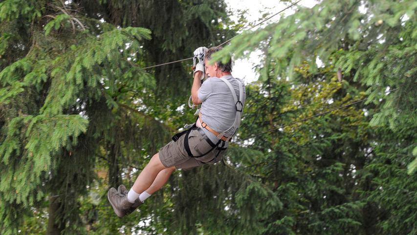 Im Kletterwald Pottenstein kann man verschiedene Kletter-Parcours bewältigen. An den Bäumen sind Elemente wie Seile, Schaukeln oder Kletterwände angebracht, die für großen Spaß sorgen. Mal eine Abwechslung für Abenteurer. Der Park ist ab dem 8. April wieder geöffnet.