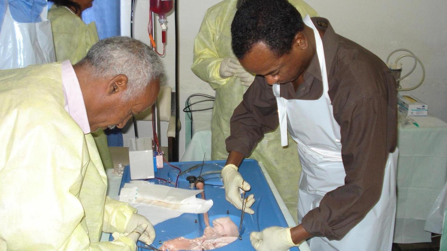Übungen am Schweinemagen: Im afrikanischen Asmara lernen junge Fachkräfte kleine und große Eingriffe vorzunehmen. Ein Team aus Höchstadt unterstützt sie dabei. Fotos: privat