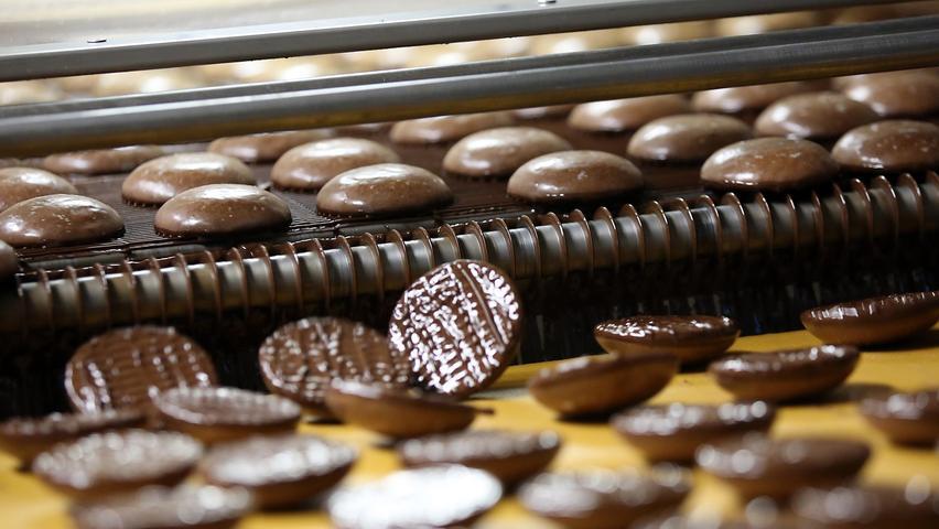 Was gibt es zu kaufen? Die Lebkuchenfirma Wolff gehört seit 1994 zur Lambertz-Gruppe. Noch immer werden am Nürnberger Standort Lebkuchen produziert, im Werksverkauf gibt es aber auch edle Plätzchen, Lebkuchen und Kaffeegebäck.  Was kann ich sparen? Das Unternehmen bietet im Werksverkauf unterschiedliche Sonderangebote an.  Adresse: Kilianstraße 96, 90425 Nürnberg Öffnungszeiten: Mo-Fr: 9-17Uhr (Januar-August);Mo-Fr: 9-18Uhr und Sa: 9-15 Uhr (September-Dezember)