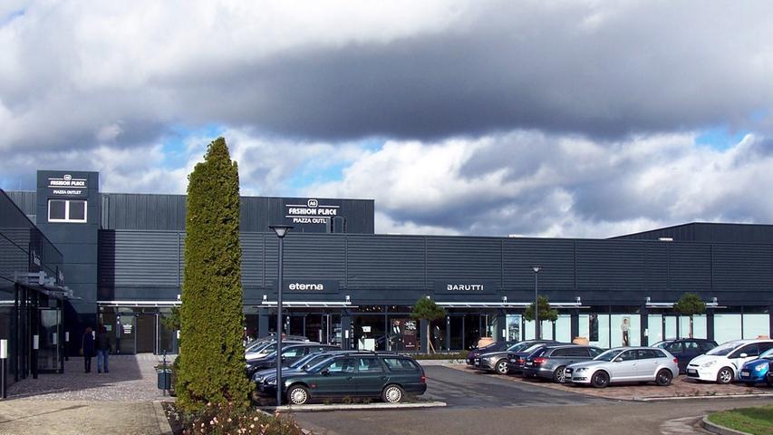 Was gibt es zu kaufen? Der A6 Fashion Place besteht aus zwei Centern, die etwa 500 Meter voneinander entfernt sind. Er bietet Geschäfte von Luxus-Marken wie MAC, Pierre Cardin, Schiesser, Eterna oder Barutti.  Was kann ich sparen? Das Einkaufsvillage bietet unterschiedliche Sonderangebote an. Adresse: Das