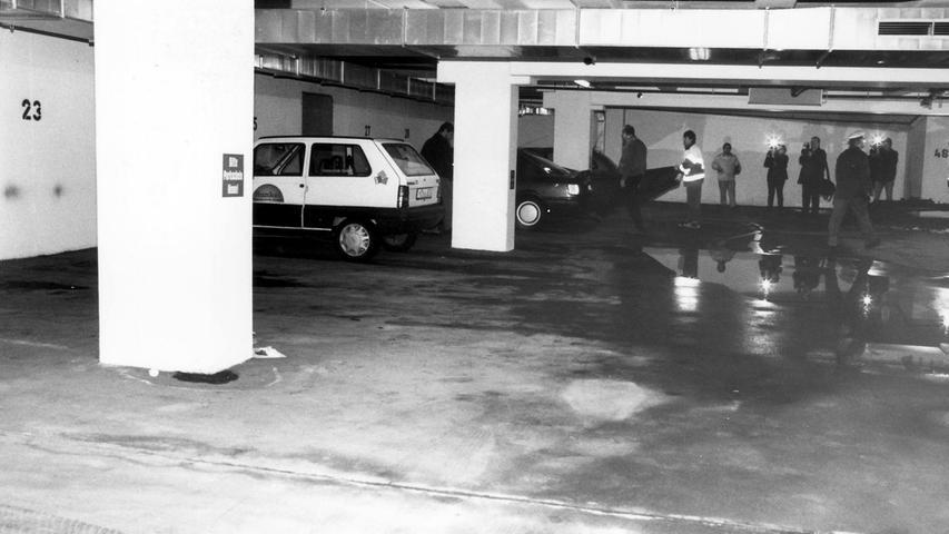 Im März 1999 wird eine junge Mutter in der Tiefgarage des Ärztehauses Erlangen mit mehreren Messerstichen getötet. Der Hauptverdächtige ist ein 47-Jähriger. Die Ermordete ist die Patentante seiner Tochter. Weil er seine eigene Tochter