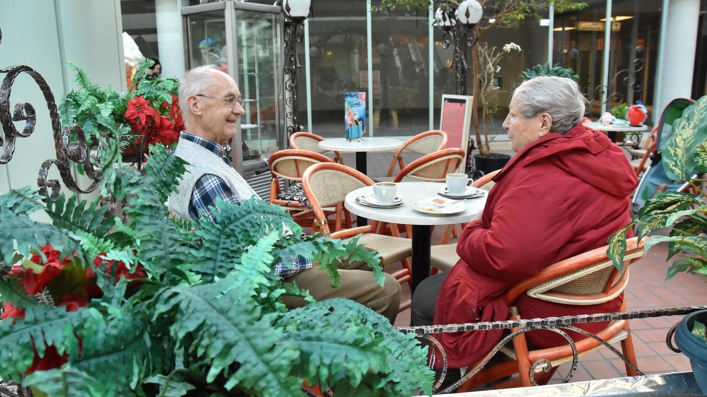 Heiße Schokolade und schwarzer Kaffee: Für manche Gäste gehört der tägliche Besuch im Eiscafé Gondola seit Jahrzehnten zum festen Ritual.