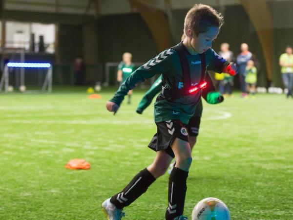 Ferngesteuerte Lichter sollen die Funino-Fußballer flexiblere Entscheidungen treffen lassen.