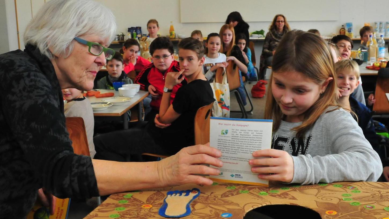 """Presiverleihung der Aktion """"Grüne Meilen"""" im Gymnasium Herzogenaurach: Die Klasse 5d sammelte die meisten Meilen, Retta Müller-Schimmel (links) gratulierte."""