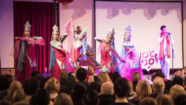 Die Darstellung weiblicher Anmut ist einer der wichtigsten Bestandteile auf chinesischen Bühnen. Auch im Redoutensaal wurde bei Tänzen und szenischen Darstellungen damit nicht gegeizt.
